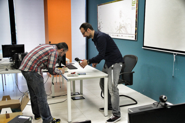 Iñaki Arenaza y Dani Reguera, grimpadora en mano, montando una red Wifi en 15 minutos (MacGyver style).