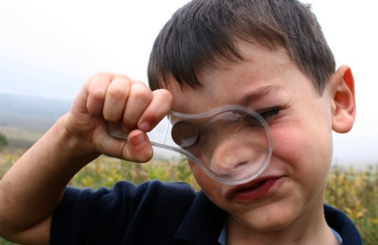 Niño con lupa
