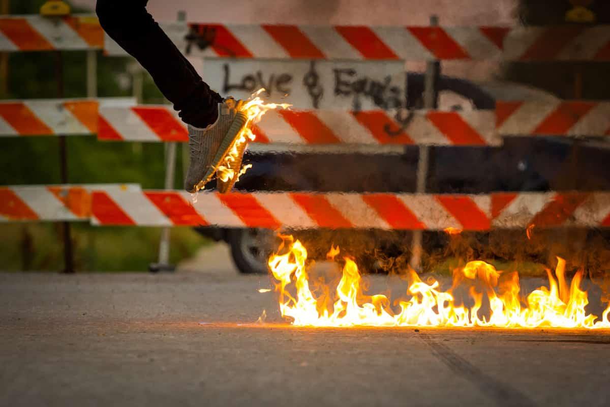 Zapatillas incendiadas de dan carlson