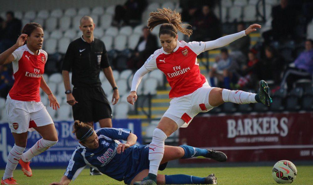 Falta en un partido de fútbol femenino