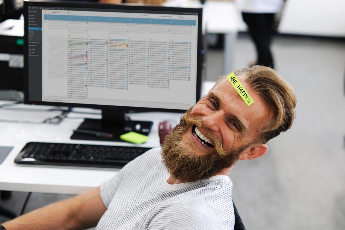 Hombre extremadamente feliz al descubrir Nelio Content