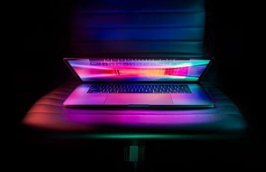Laptop, macbook, lights, and neon. Imagen de Ash Edmonds.