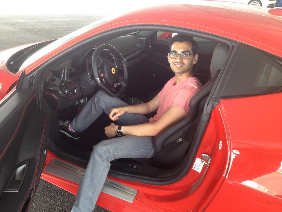 Neil Patel en un Ferrari.