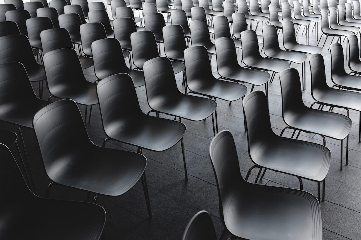 Auditorio con sillas vacías