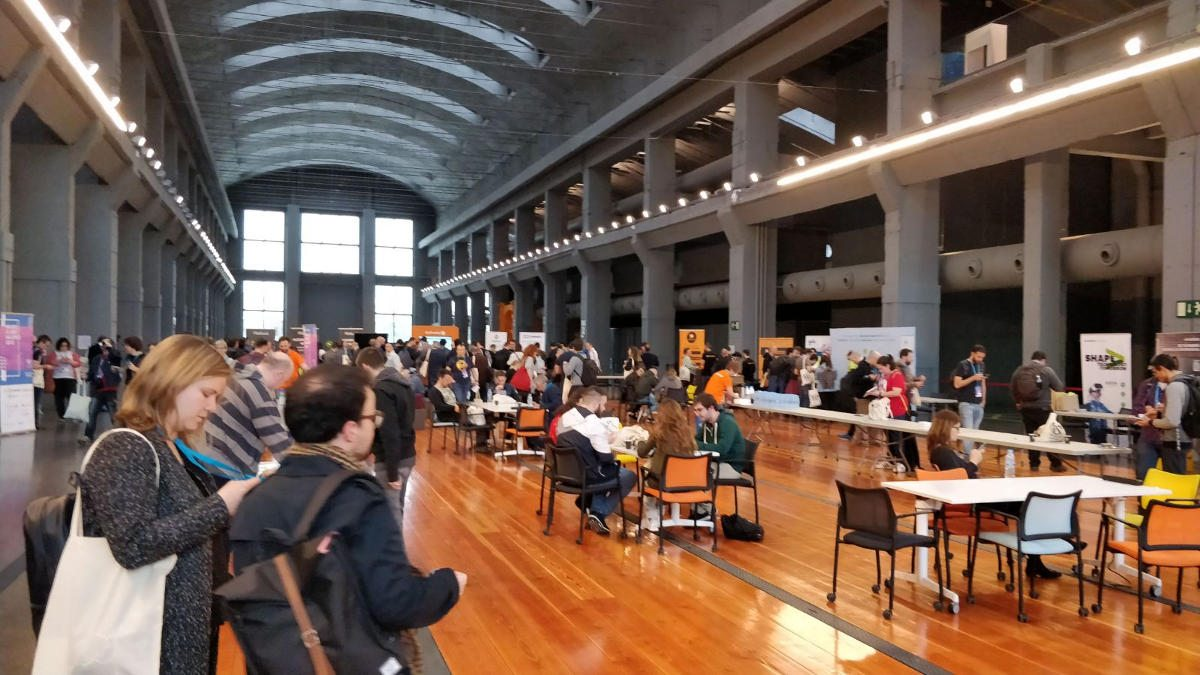 Zona de Coffee Breaks y Sponsors en La Nave, WordCamp Madrid 2018
