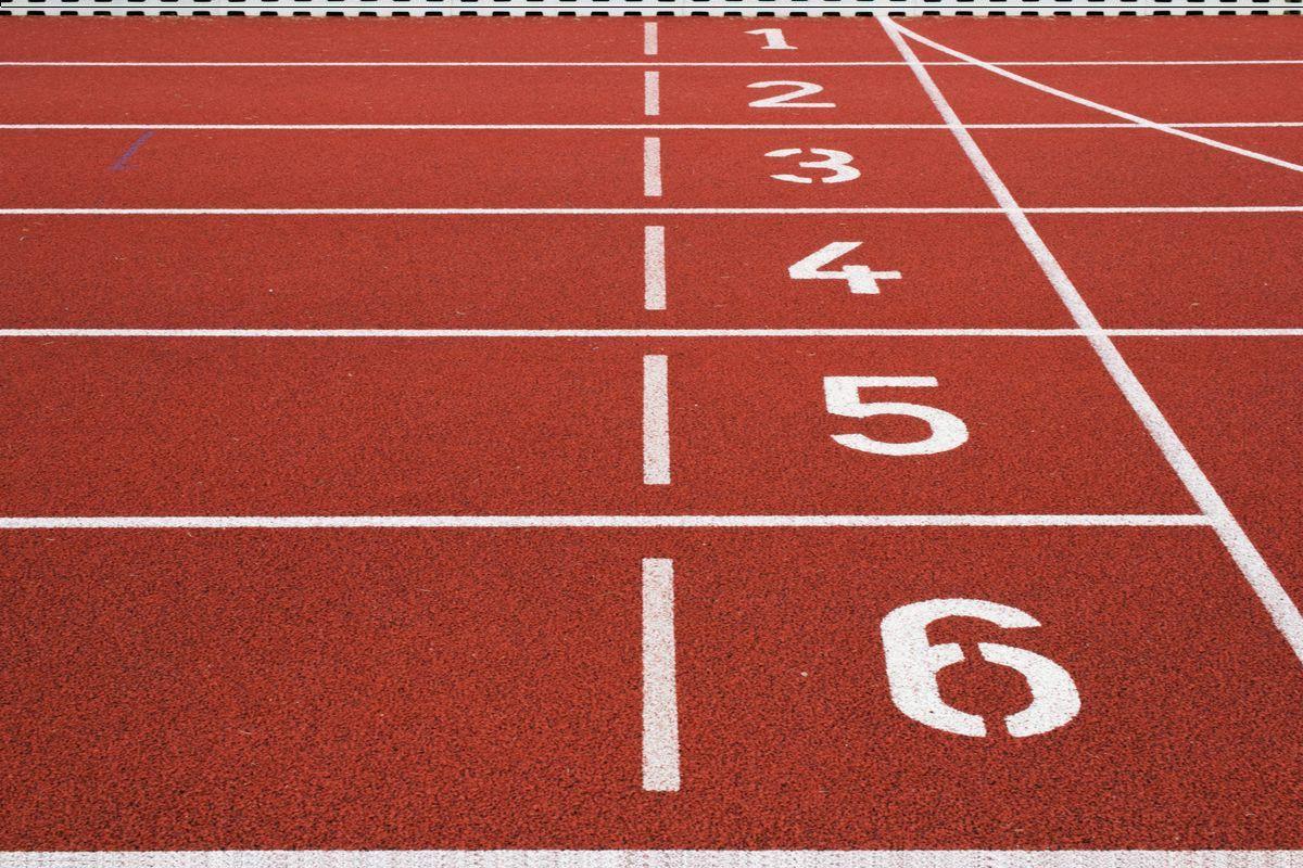 Carriles en una pista de atletismo numerados del 1 al 6