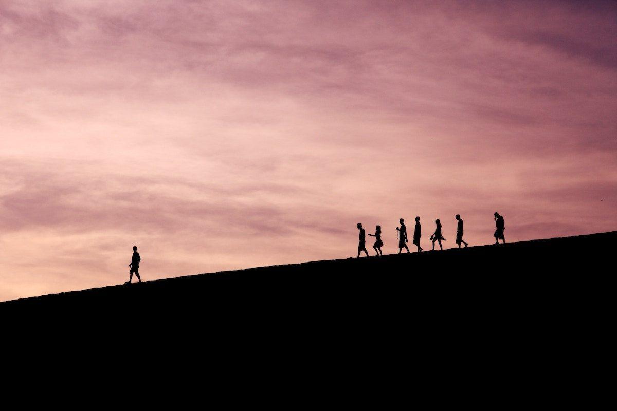 Siluetas de gente a lo lejos paseando