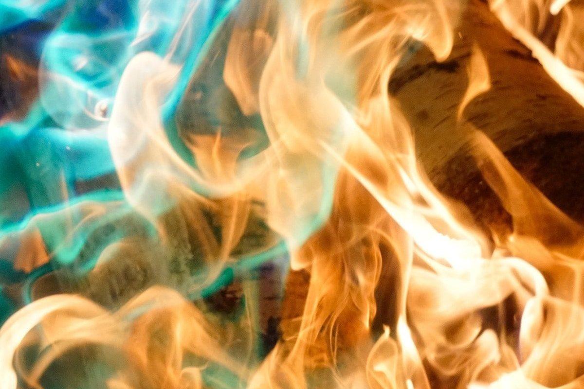 Primer plano de las llamas de un fuego