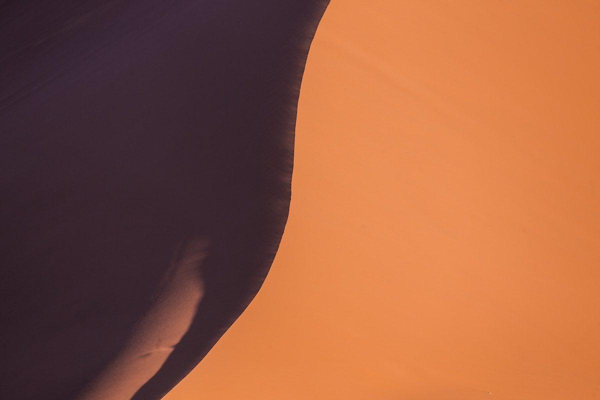 Fotografía aérea de una duna en el desierto