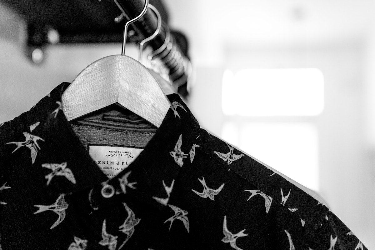 Imagen en blanco y negro de una camisa colgada de una percha