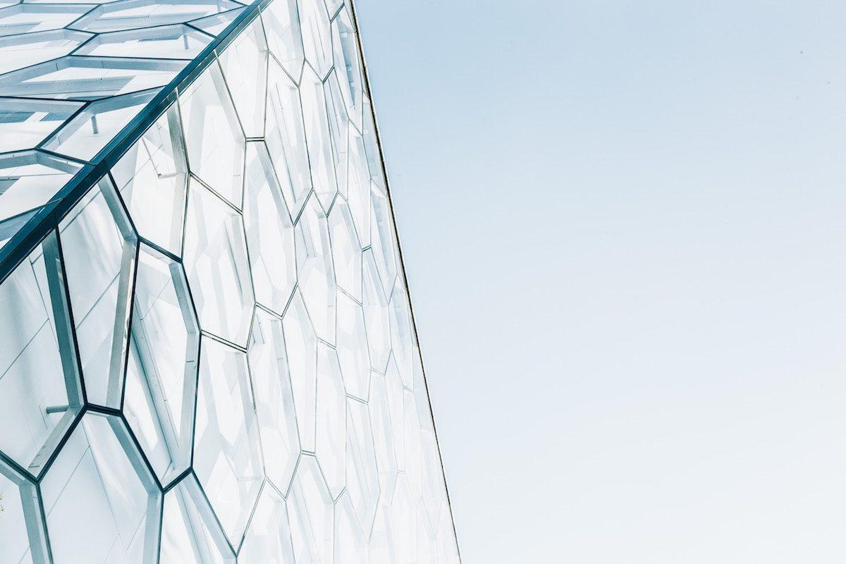 Fachada de un edificio con una estructura hexagonal