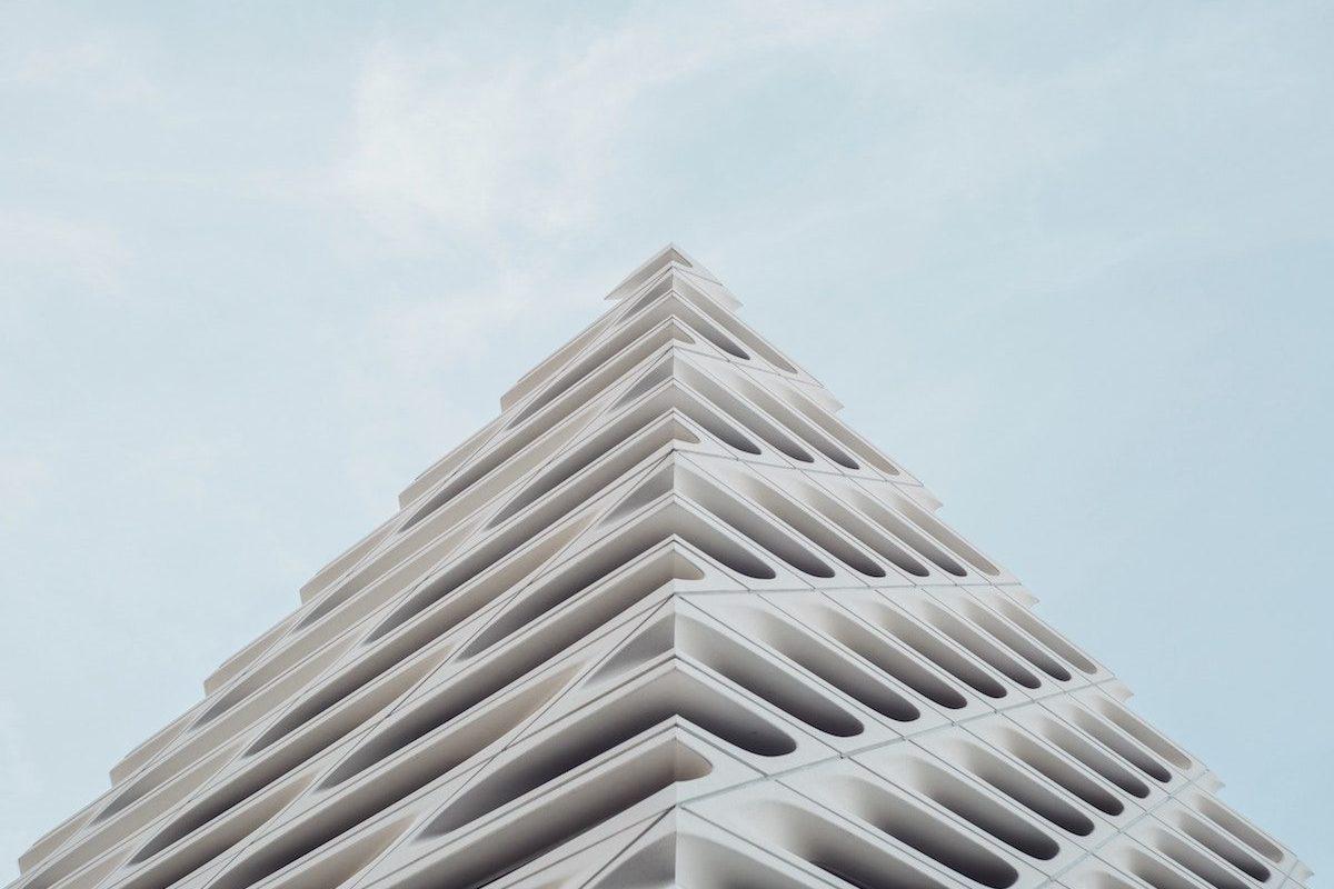 Fotografía picada mirando al cielo de un edificio vanguardista