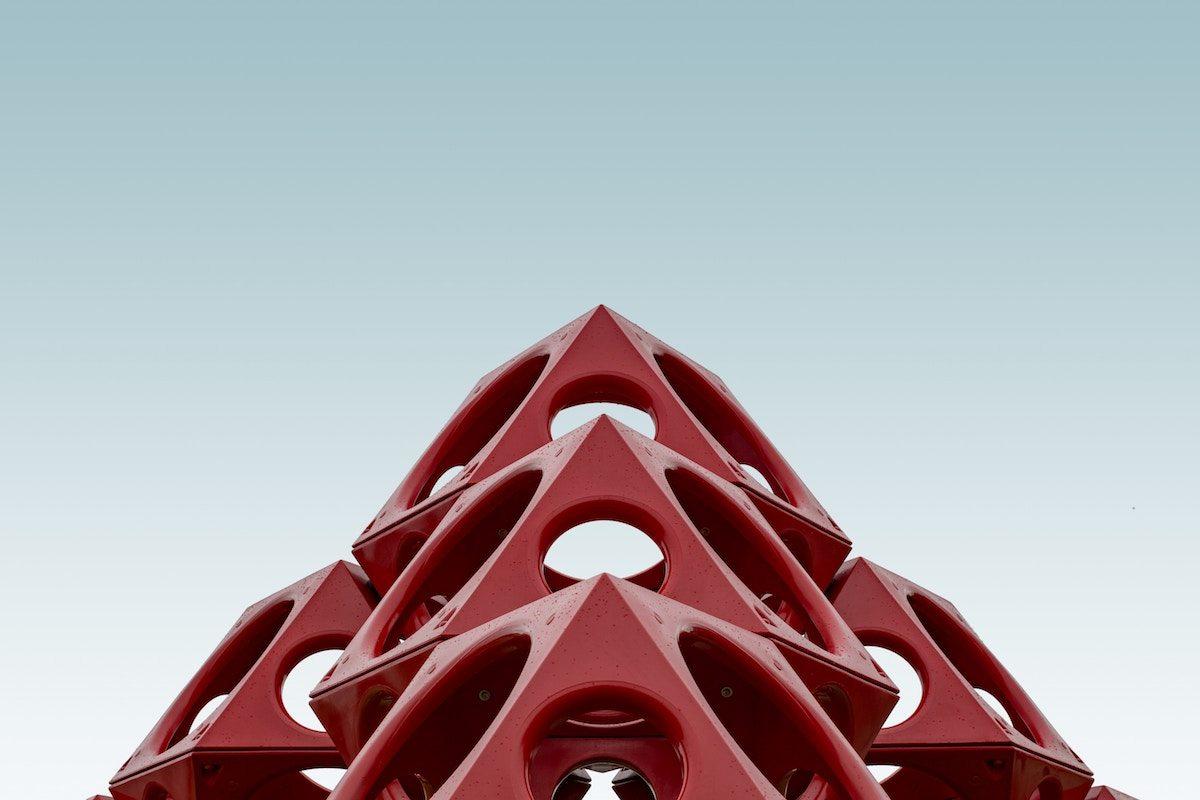Imagen de una estructura piramidal roja
