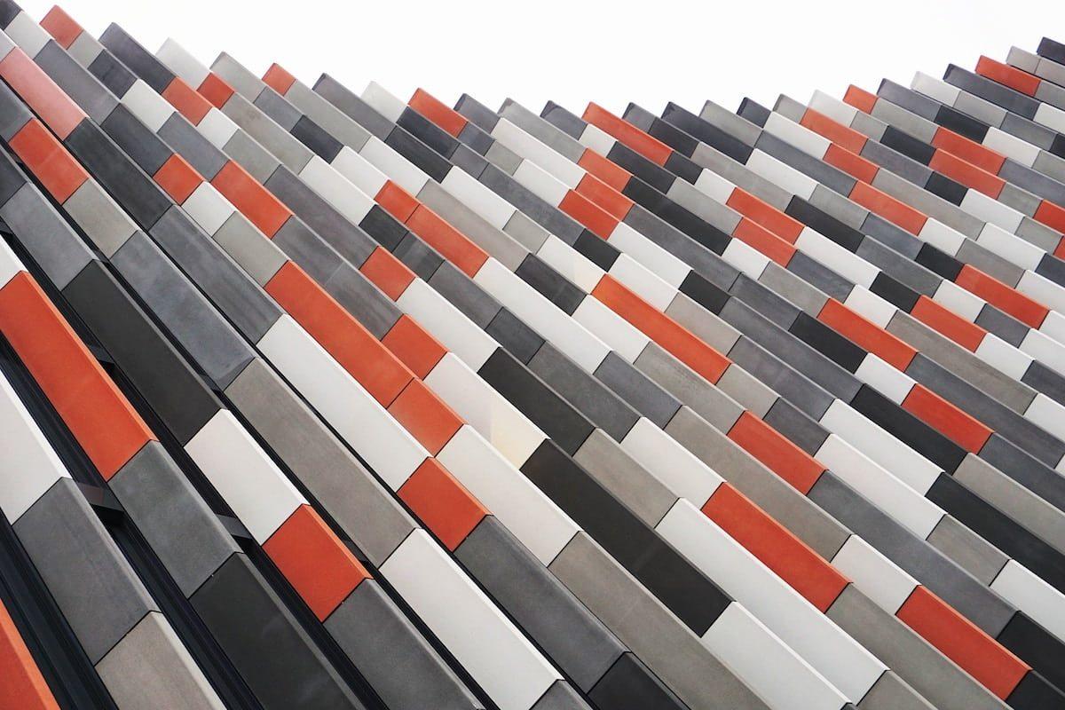 Mosaico abstracto de piezas rojas, blancas, grises y negras