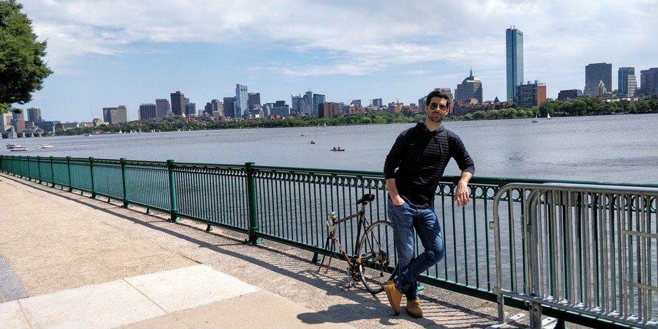 David feliz de que mle dejaran entrar en el país y posando delante del skyline de Boston
