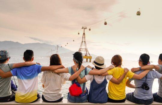 Grupo de amigos mirando al horizonte