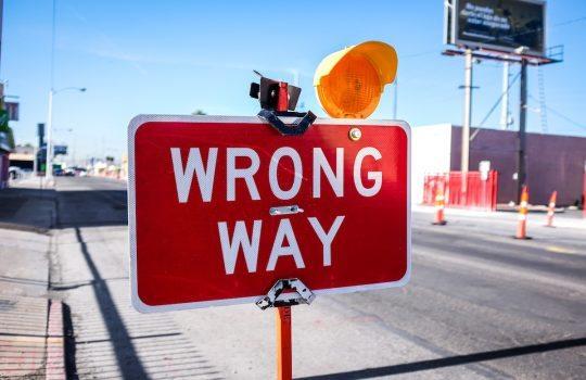 Señalización roja de la manera incorrecta en el camino