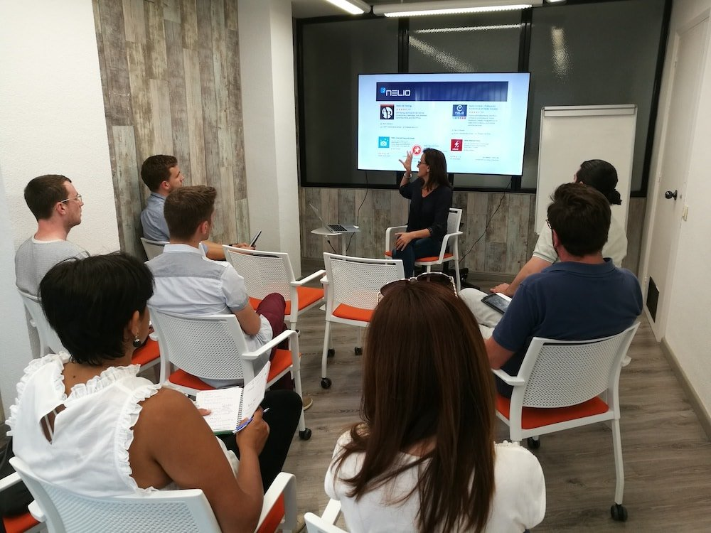 Ruth hablando de content hacking en la meetup de Entrepreneurs, Freelancers y Marketers de Barcelona.