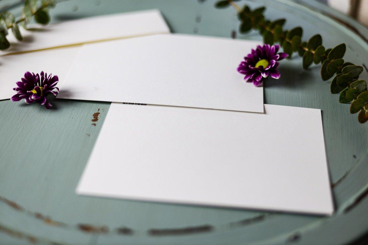 Papeles en blanco encima de una mesa azul celeste