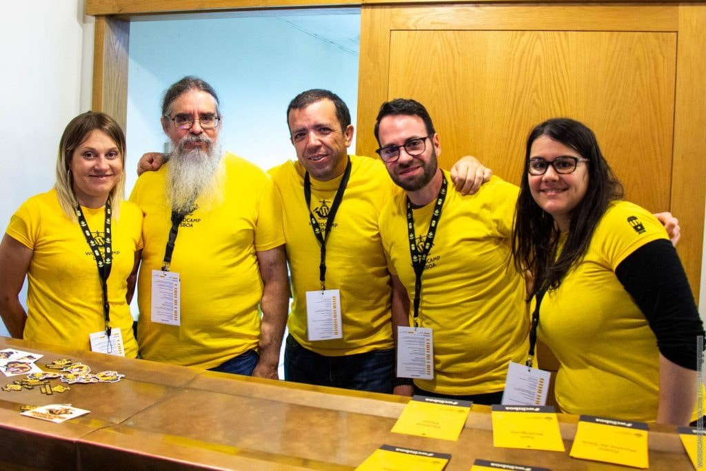 Pedro junto a algunos voluntarios de la WordCamp Lisboa