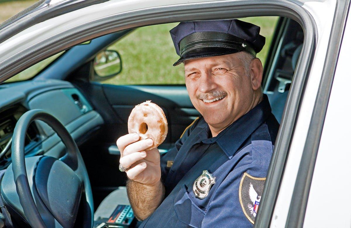 Policía comiendo donuts