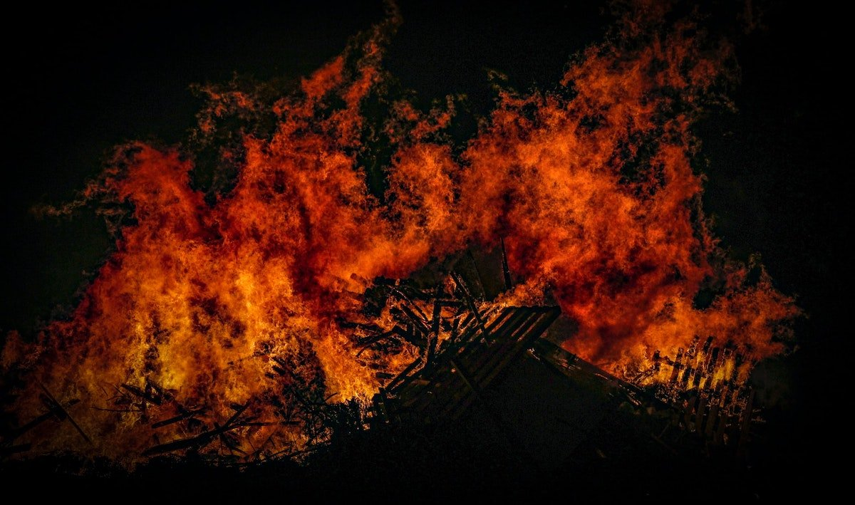 Foto de una gran fogata ardiendo por Zoltan Tasi en Unsplash