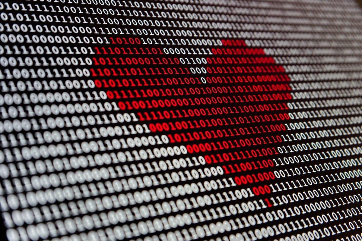 Un corazón pintado sobre números binarios