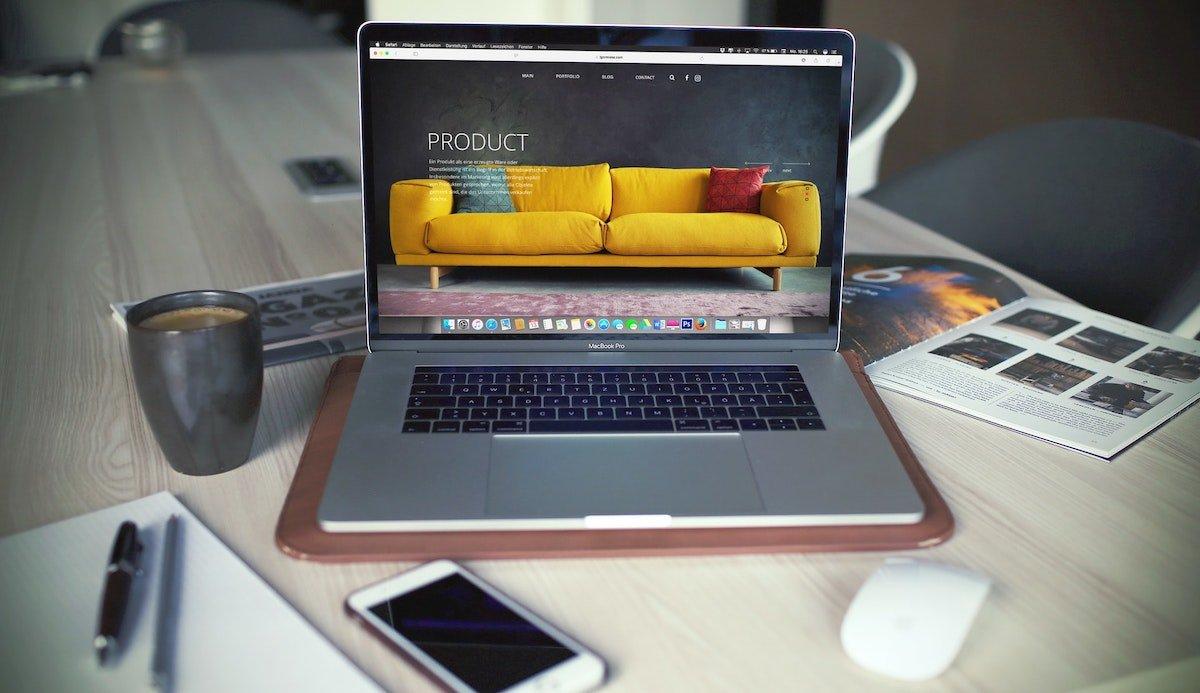 Foto de un portátil mostrando la landing page de una web de muebles