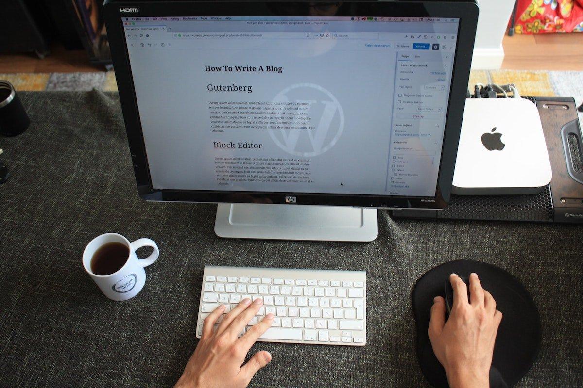 Foto de escritorio con una pantalla de ordenador mostrando Gutenberg