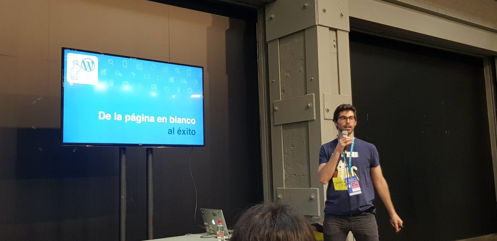 David in the middle of his presentation during WordCamp Madrid 2018.