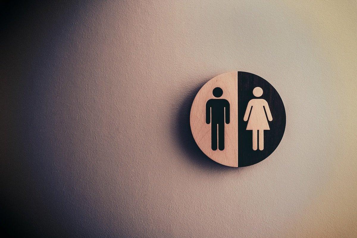 Signo de indicación de género. Foto de Tim Mossholder en Unsplash.
