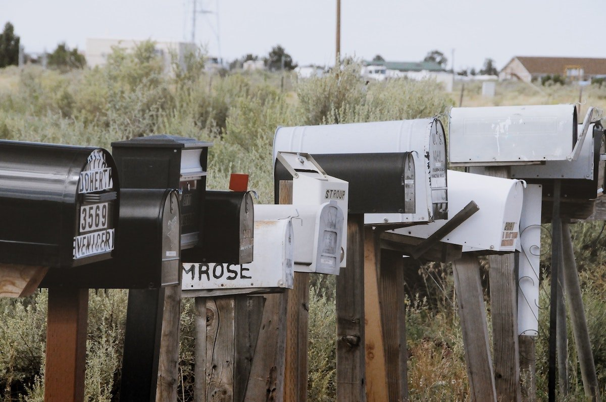 Picture by Yannik Mika of several mailboxes, one after the other