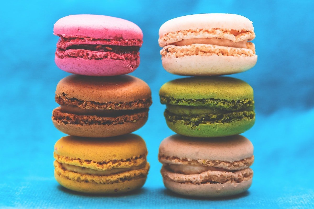 Photo of 6 macarons in different colors