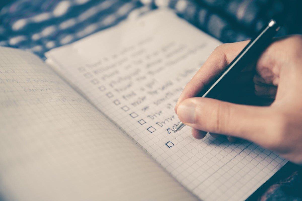 Chica añadiendo cosas por hacer a una lista